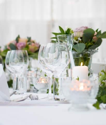 tavolo con cristalleria e fiori
