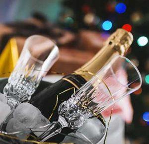 Spumante e bicchieri per festeggiare capodanno